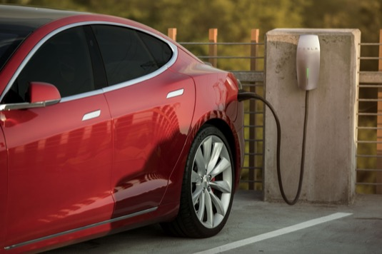 auto elektromobil Tesla Model S se dobíjí na Destination Chargeru