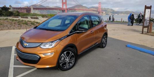 auto elektromobil Chevrolet Bolt EV Golden Gate Bridge most San Francisko