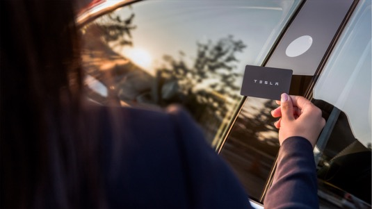 Do elektromobilu Tesla Model 3 se dostanete také speciální kartou s technologií NFC (Near Field Communication), která se dnes masivně rozšířila u platebních karet
