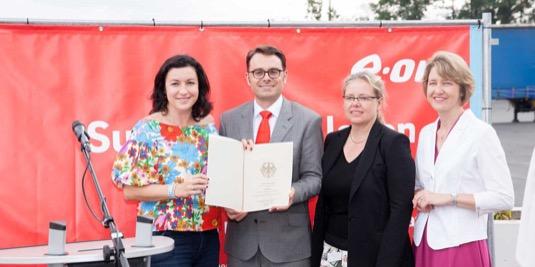 Dorothee Bär, parlamentní státní tajemnice na Spolkovém ministerstvu dopravy a digitální infrastruktury, představila oficiální dokument o schválení dotace.