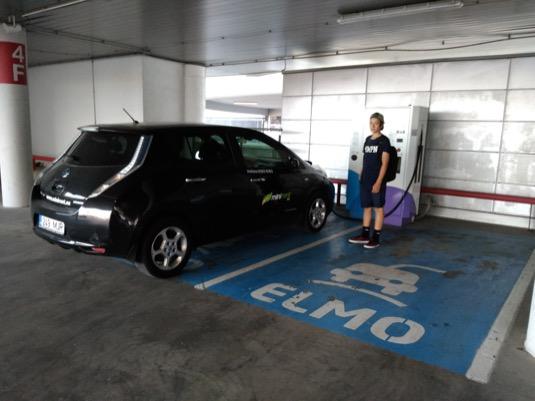 Dobíjení elektromobilu Nissan Leaf v obchodním centru