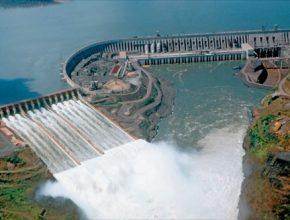 Vodní elektrárna Itaipú leží na pomezí Brazílie a Paraguaje