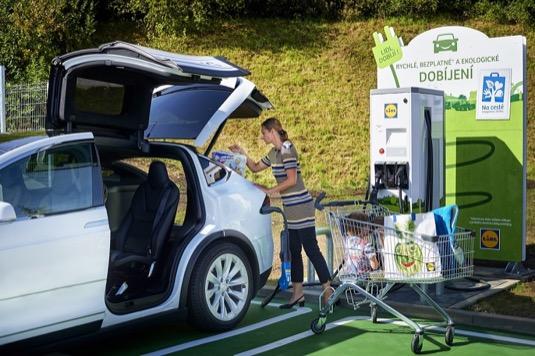 auto elektromobil Tesla Model X rychlodobíjení Lidl