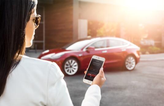 tesla-model-3-elektromobil-pristup-pres-smartphone-iphone-mobil-chytry-telefon-aplikaci