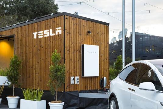 auto Tesla Tiny House Melbourne Austrálie solární elektrárna Powerwall