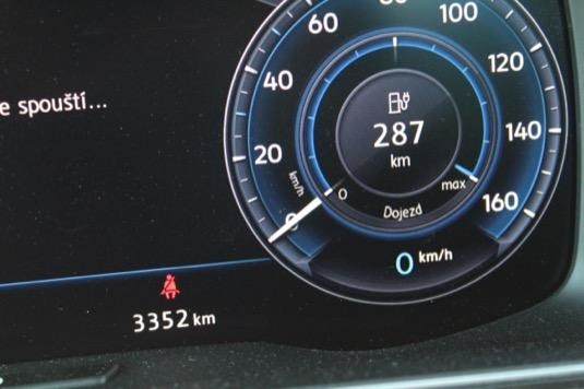 Ukazatel dojezdové vzdálenosti nemá problém přiblížit se 300 km. V závislosti na stylu jízdy pak ale umí také rychle spadnout.