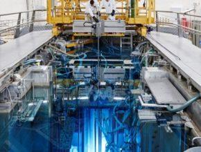 Modře zářící testovací thoriový reaktor Petten. Modré světlo je tzv. Čerenkovovo záření, což je elektromagnetická obdoba zvukové rázové vlny.