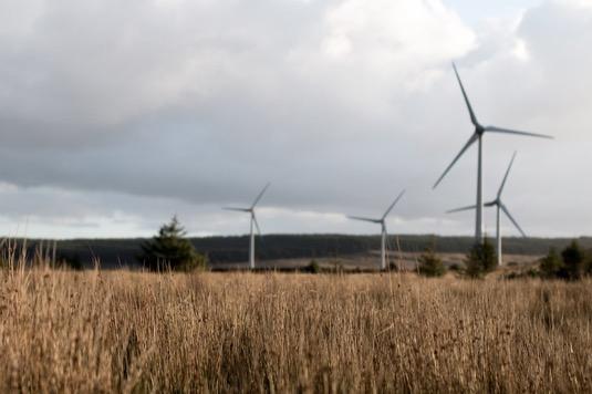 Mezi hlavní globální přínosy přechodu na obnovitelné zdroje patří 24 milionů nových pracovních příležitostí, úspora 28 bilionů dolarů ročně za škody, které by vznikly v důsledku změn klimatu a také zabránění 4-7 milionům předčasných úmrtí ročně, které by vyvolaly důsledky spalování fosilních paliv.