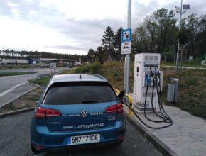 auto elektromobil Volkswagen e-Golf na nabíjecí stanici