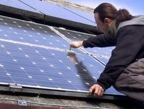 auto Filip Procházka MyPower montuje střešní solární fotovoltaické panely.