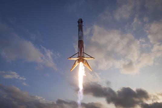vesmírná raketa první stupeň Falcon 9 Starlink