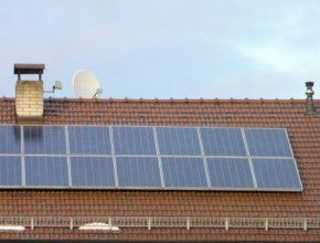 Střecha pokrytá solárními panely může hasiče nepříjemně zaskočit.