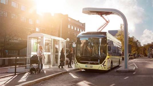 autobus elektrobus Volvo na nabíjecí stanici