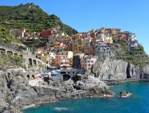 auto Itálie pobřeží domy město vesnice
