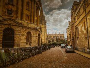 Ač se v Oxfordu hodně jezdí na kole, hlavní roli přeci jen hrají auta spalující fosilní paliva