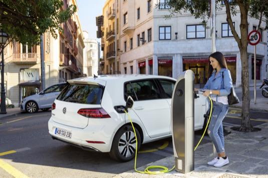 elektromobil Volkswagen e-Golf u dobíjecí stanice
