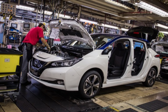 auto výroba elektromobilu Nissan Leaf