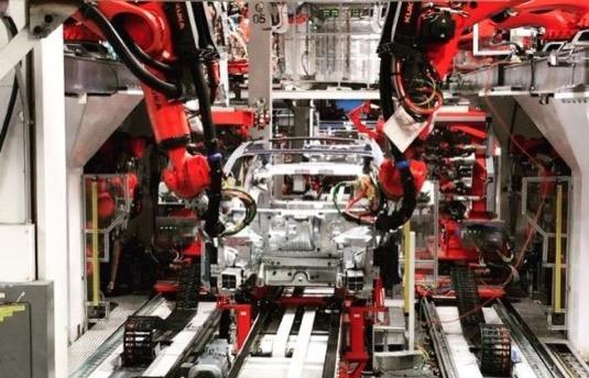 auto Tesla Model 3 výroba elektromobilu v továrně ve Fremontu v Kalifornii