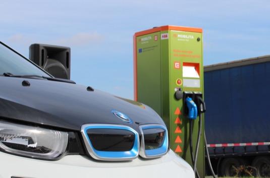 auto elektromobil BMW i3 rychlodobíjecí stanice ČEZ
