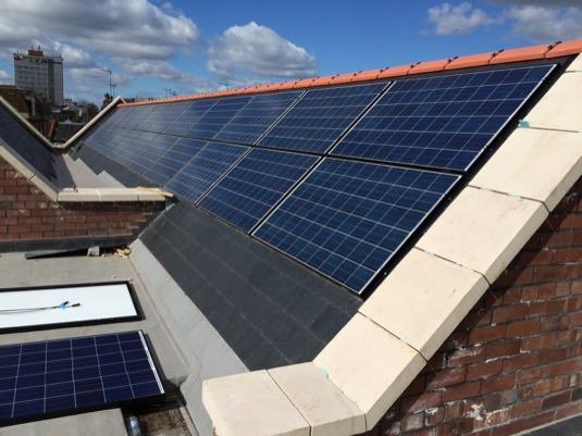 auto solární elektrárna panely na střeše domu