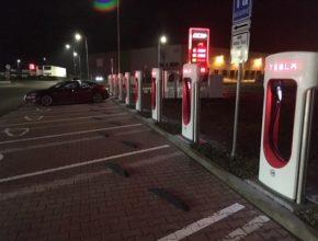 auto Tesla Supercharger nabíjecí stanice Olomouc
