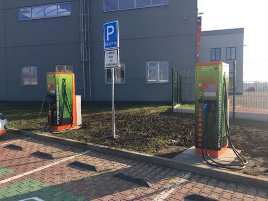 Nabíjecí stanice ČEZ v Olomouci, hned vedle Tesla Supercharger