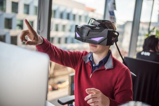 auto virtuální brýle VRHero 5K Plus společnosti VRgineers
