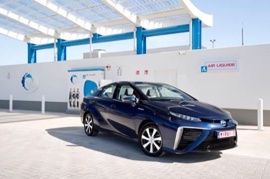 auto na vodík Toyota Mirai u vodíkové čerpací plnící stanice