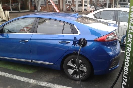 auto elektromobil Hyundai Ioniq Electric nabíjení na nabíjecí stanici
