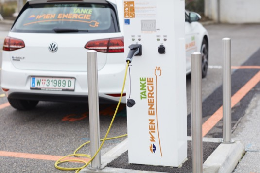 Podpora elektromobility ve Vídni se opírá i o participaci občanů. Ti se formou voucherů mohli na samotném projektu podílet a pomoci síť dobíjecích stanic vybudovat. Voucherů, které si Vídeňané koupili, bylo osm tisíc a celková částka vybraná Vídeňany dosáhla dvou miliónů eur.