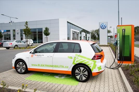 Elektromobil Volkswagen e-Golf u rychlonabíječky ČEZ