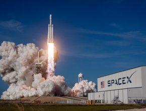 vesmírná raketa SpaceX Falcon Heavy při startu z Mysu Canaveral