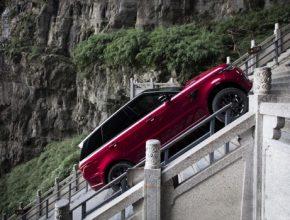 Plug-in hybridní (PHEV) sportovní SUV zdolalo 999 schodů se sklonem 45stupňů natzv. Dragon Road.
