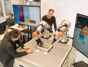 Jak může robot sám něco sestavit, bez toho, že by byl naprogramován? Zjednodušeně: robot se dozví, jak vyrobit daný objekt, z přidruženého softwarového modelu.