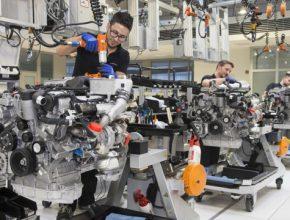 Devatenáctého ročníku průzkumu KPMG Global Automotive Executive Survey se zúčastnilo 907respondentek a respondentů z řad vrcholných představitelů automobilového průmyslu. Vybíráni byli tak, aby vzorek zahrnoval nejen tradiční výrobce automobilů, ale také zástupce ICT společností.