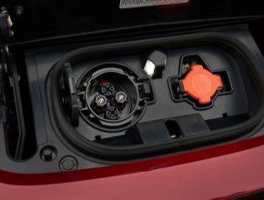 Nabíjecí zásuvka CHAdeMO na elektromobilu Nissan Leaf ve verzi pro rok 2018.