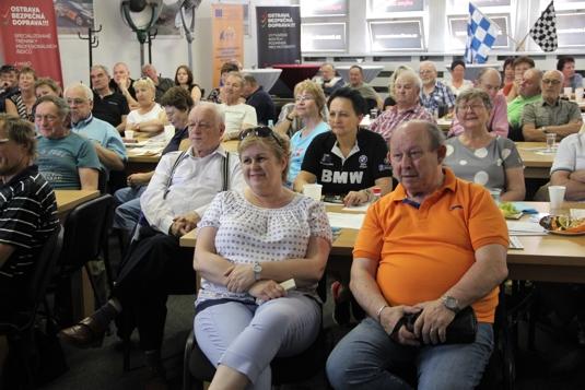 Sál plný seniorních spoluobčanů naslouchá úvodnímu slovu