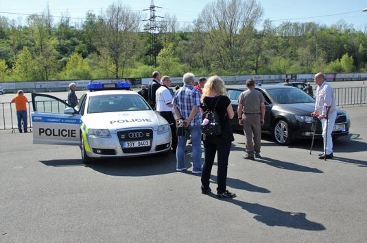 Policejní stíhačky vábily zvědavce.