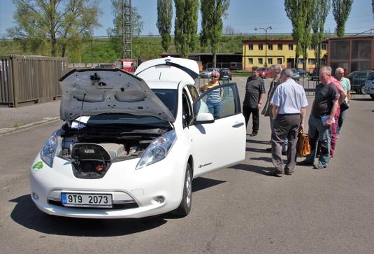 Elektromobil Nissan Leaf a areálu společnosti Libros