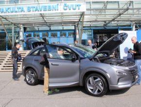 Vodíkové auto Hyundai Nexo v obležení zvědavců - včetně těch z magazínu Hybrid.cz!