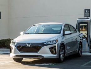 elektromobil Hyundai Ioniq Electric na nabíječce nabíjecí stanici