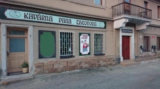 Kavárna pana Theodora, tři nabíječky pravo vzadu