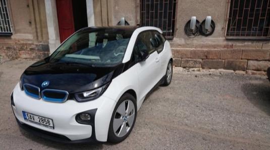 auto elektromobil BMW i3 se nabíjí u nabíječky Tesla Destination Charger u Kavárny pana Theodora v Doksech u Kladna.