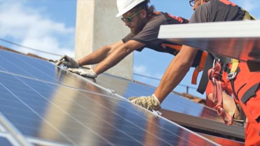solární elektrárna panely fotovoltaika instalace pracovníci dělníci