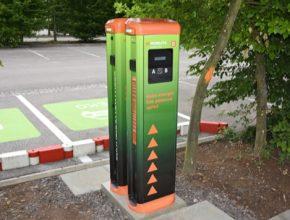 Dobíjecí stanice najdou návštěvníci na parkovišti poblížSafari Kempu, které leží hned vedle centrálního parkoviště zahrady. Vprovozu jsou 24 hodin denně. Elektromobily tam doplní většinu kapacity baterií za 2-3 hodiny.