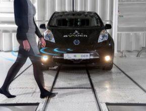 Elektrická auta v Evropě i USA musí od roku 2019 vydávat umělý zvuk, pokud se pohybují pomaleji než 30 km/h. Opatření má předejít možným kolizím s chodci.