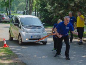 Elektromobil Peugeot iOn tažen na laně - v rámci soutěže tahání raritních vozidel do kopce dvojicemi.