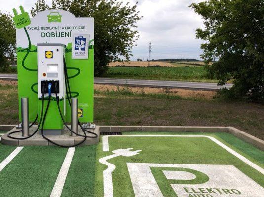 rychlonabíjecí stanice pro elektromobily u prodejny Lidl v Horoměřicích