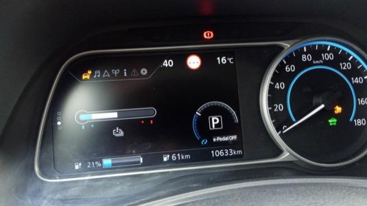 Teplota při normální jízdě v 16 °C. Zároven je tam vidět 21 % baterky na zbývající dojezd 61 km, čili celkový dojezd cca 300 km.