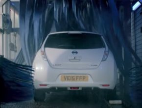 auto elektromobil Nissan Leaf v myčce automyčce